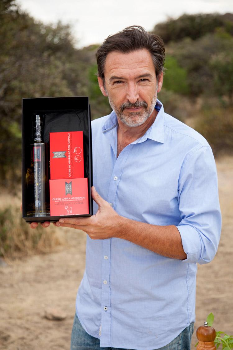 El actor Ginés García Millán (2016) con sus regalos gourmet Mariscal & Sarroca