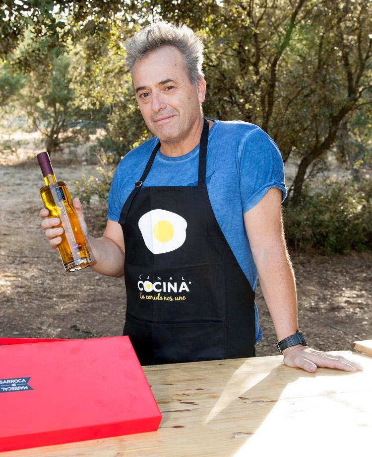 Rafa Gutiérrez (Hombres G) con el aceite gourmet de Mariscal & Sarroca